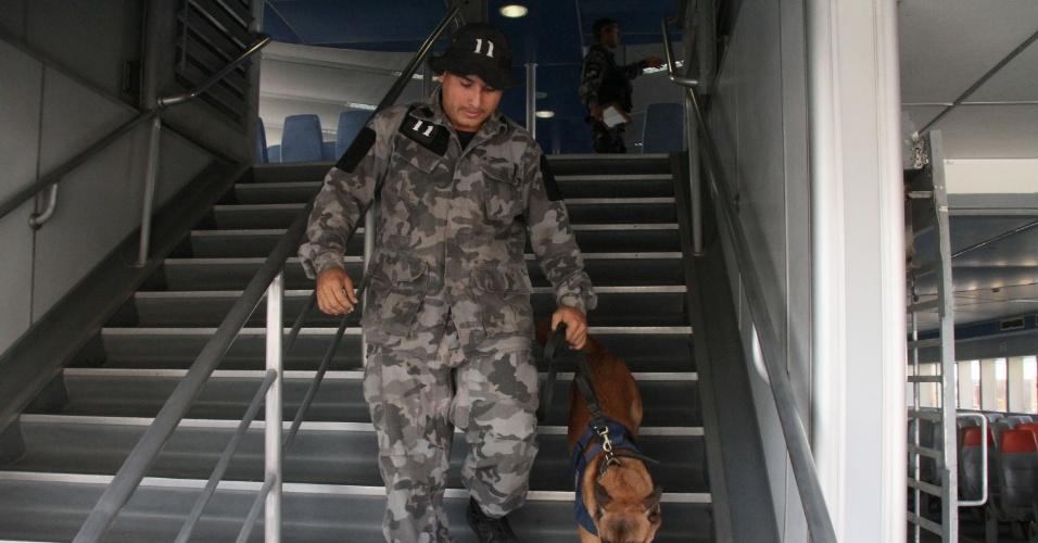 9.jun.2016 - Polícia faz simulação antiterrorismo em barca que faz a travessia Rio-Niterói, no Rio de Janeiro . A simulação tem como objetivo o treinamento para a segurança durante os Jogos Olímpicos Rio 2016. A ação contou com cães da PM