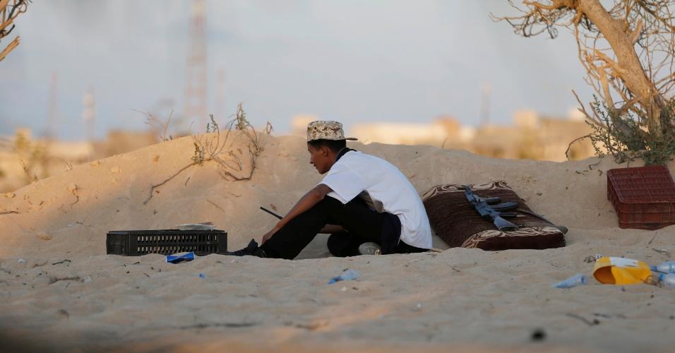 29.jul.2016 - Militares enfrentam grupo Estado Islâmico, na Líbia. A batalha teve início no começo de maio, e dezenas de atiradores treinados estão espalhados em pontos estratégicos para retomar o poder na cidade de Sirte