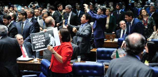 Senadores se dividem entre comemorar e protestar pelo resultado da votação no julgamento final do impeachment