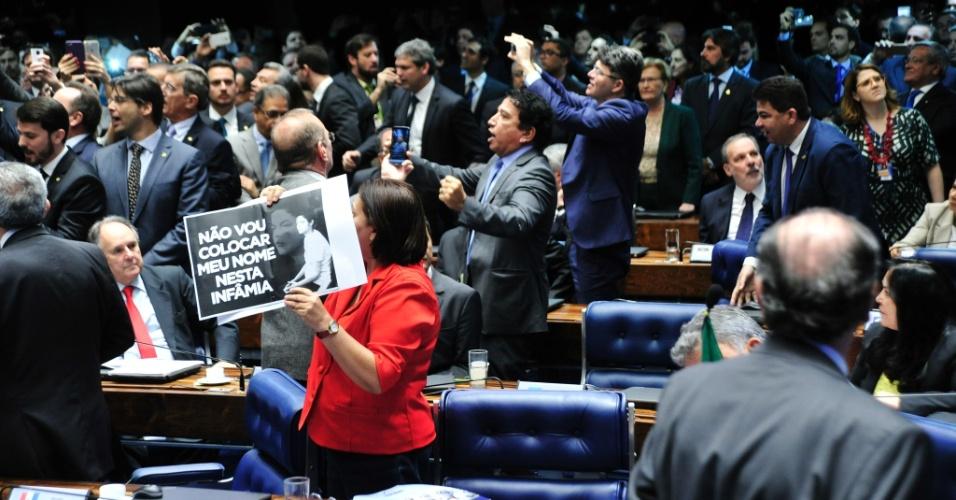 30.ago.2016 - Senadores se dividem entre comemorar e protestar pelo resultado da votação no julgamento final do impeachment da presidente afastada, Dilma Rousseff. O senado aprovou às 13:35 por 61 votos a favor e 20 contra a perda definitiva do mandato de Dilma,  condenada por crime de responsabilidade