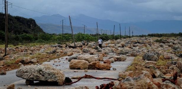 Estrada entre Guantánamo e Baracoa, em Cuba, fica cheia de pedras após a passagem do furacão