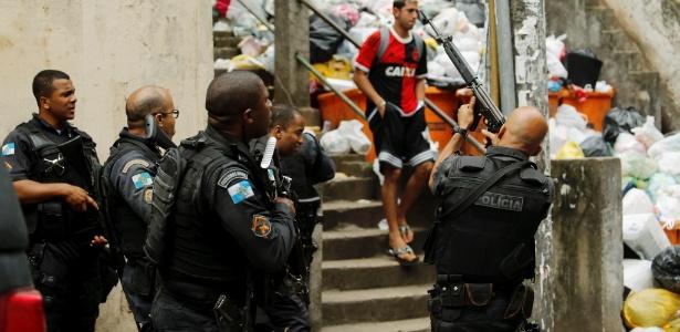 Em 2016, PMs patrulham a favela Pavão-Pavãozinho, uma das 38 comunidades com UPP