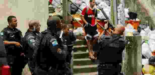 PMs patrulham a favela Pavão-Pavãozinho (zona sul), uma das 38 comunidades com UPP - Gabriel de Paiva/Ag. O Globo