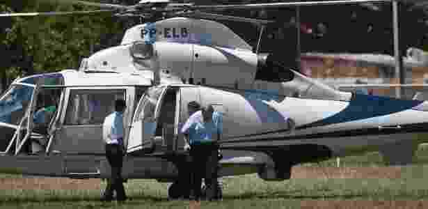 5.mar.2012 -- Luiz Fernando Pezao, vice-governador do RJ à época, desce do helicoptero em Bom Jesus do Itabapoana, RJ, durante lançamento do programa social - Aline Massuca/Valor Econômico