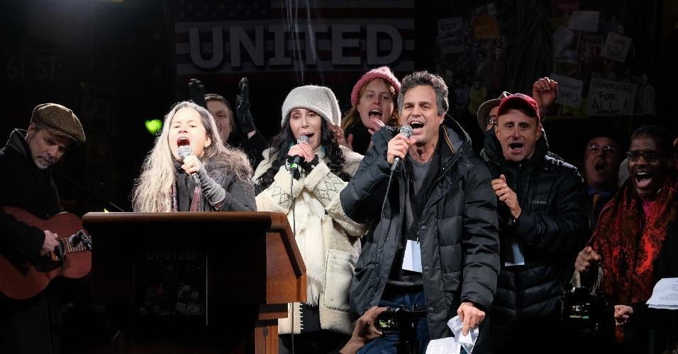 19.jan.2017 - Natalie Merchant, Cher e Mark Ruffalo cantam durante protesto contra Donald Trump em frente à Trump Tower, em Nova York