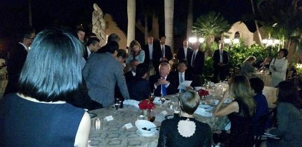 13.fev.2017 - O presidente dos EUA, Donald Trump, supostamente conversa com o premiê do Japão, Shinzo Abe (de costas), e assessores, questões de segurança após ser informado sobre teste de míssil norte-coreano, em Mar-a-Lago, Flórida - Facebook/Reprodução