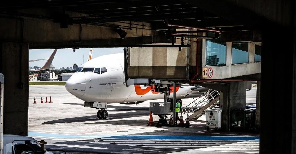 O abastecimento dos aviões deve ser feito com bastante agilidade. Na ponte aérea, o tempo médio entre um voo e outro é de apenas 30 minutos