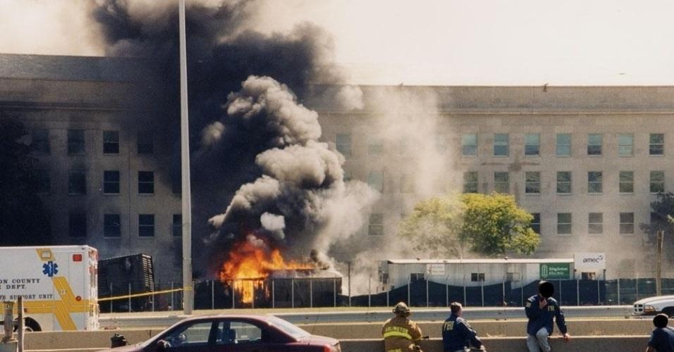 11.set.2001 - Enquanto as chamas aumentavam no prédio do Pentágono, o quartel-general do Departamento de Defesa dos EUA, bombeiros e oficiais patrulham a área. Mais de 100 militares e civis foram mortos no edifício, além dos passageiros que morreram a bordo do avião da American Airlines