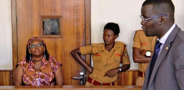 10.abr.2017 - A ativista e acadêmica Stella Nyanzi (esq) durante seu julgamento em Kampala (Uganda)