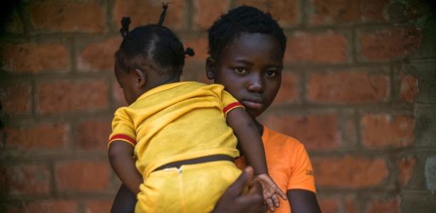 Jolie Nadia Ipangba, que diz ter sido engravidada por um soldado da Uganda quando tinha 16 anos, em Obo, na República Centro-Africana