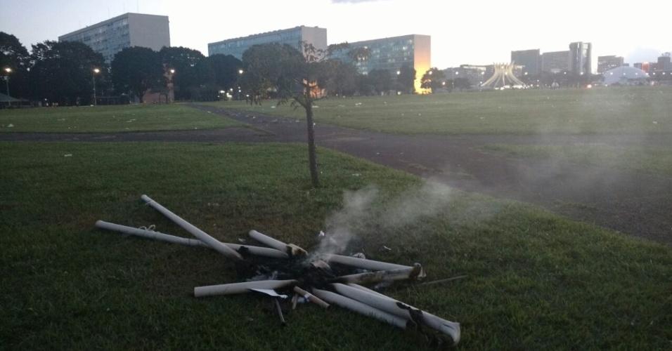 24.mai.2017 - Um dos inúmeros restos de incêndio encontrados na Esplanada dos Ministérios, em Brasília. Alguns, como este, ainda soltam fumaça. Aparentemente foram usados canos de PVC para fazer uma fogueira. Em vários pontos da Esplanada há cheiro de plástico queimado.