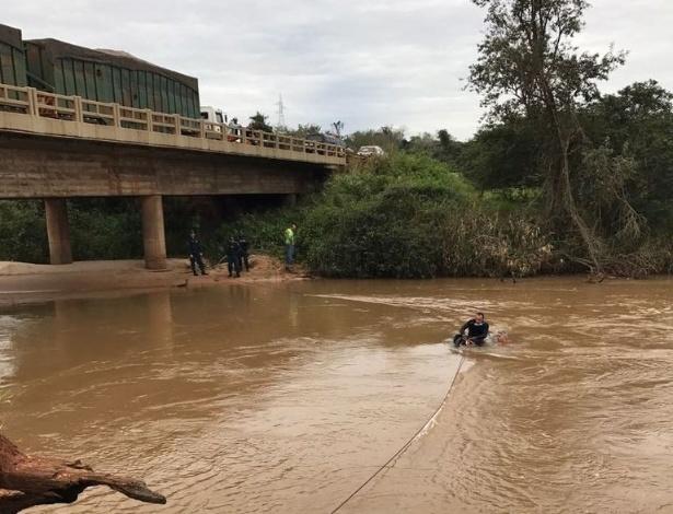 Polícia Civil trabalha para retirar carro de rio após acidente na BR-163, em Itaquiraí