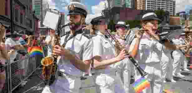 Banda da Marinha Real Canadense desfilando no Dia do Orgulho Gay, em Toronto - Reprodução/Twitter