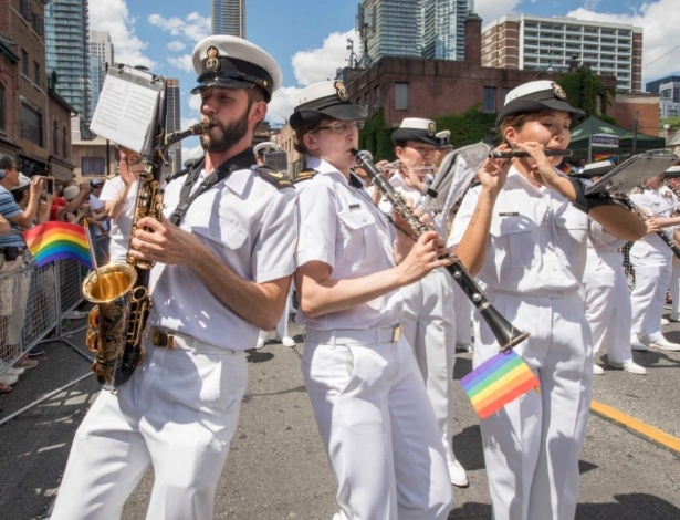Banda da Marinha Real Canadense desfilando no Dia do Orgulho Gay, em Toronto