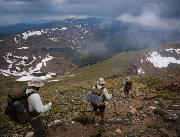 Os veteranos John French, Heath Lanctot e Jeremy Tierney descem montanha em Colorado