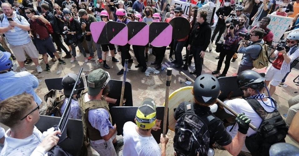 12.ago.2017 - Grupos de extrema-direita e antirracismo entraram em confronto em Charlottesville, no Estado americano de Virgínia, neste sábado. Combatentes de ambos os lados usavam capacetes e seguravam escudos. Os membros da milícia na cidade carregavam rifles, embora nenhum tiroteio tenha sido denunciado