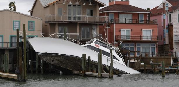 27.ago.2017 - Barco naufraga após passagem da tempestade tropical Harvey no porto Aransas, Texas - Mark Ralston/ AFP