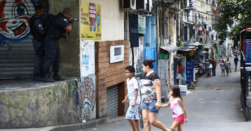 22.set.2017 - Movimentação de policiais militares e moradores durante o quinto dia consecutivo de operação do Batalhão de Operações Especiais (Bope) na Favela da Rocinha, na zona sul do Rio de Janeiro, nesta sexta-feira, 22. A comunidade passou por um intenso tiroteio esta manhã. Por volta das 10h, a prefeitura bloqueou a estrada Lagoa-Barra e fechou o túnel Rafael Mascarenhas, nos dois sentidos
