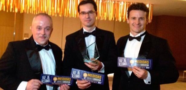 Os procuradores Carlos Fernando dos Santos Lima, Deltan Dallagnol e Roberson Pozzobon receberam o prêmio GIR, em Nova York (EUA), em 2015