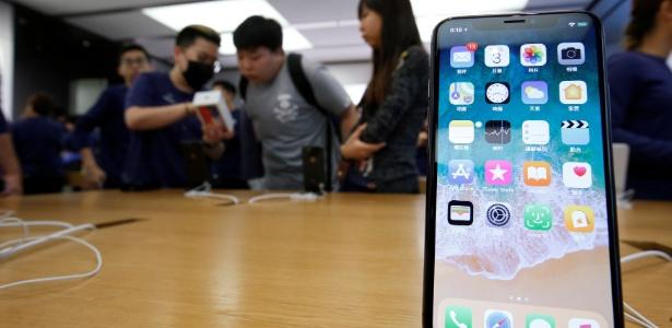 Clientes compram iPhone X em uma loja da Apple em Hong Kong