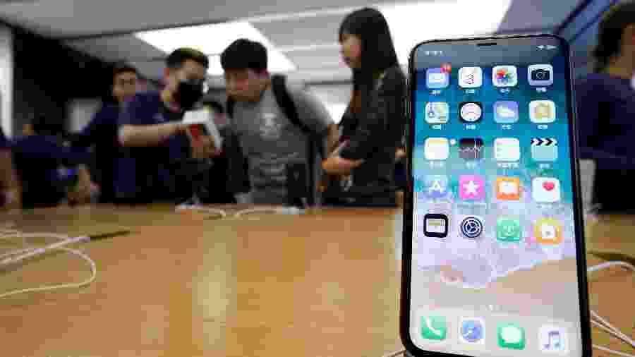 Clientes compram iPhones em loja da Apple em Hong Kong - Bobby Yip/Reuters