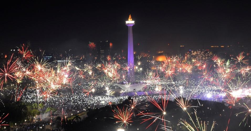31.dez.2017 -  Fogos de artifício iluminam a noite de ano Novo em Jacarta, na Indonésia