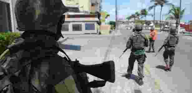 2.jan.2018 - Soldados do Exército fazem patrulhamento no bairro de Ponta Negra em Natal - Beto Macário/UOL