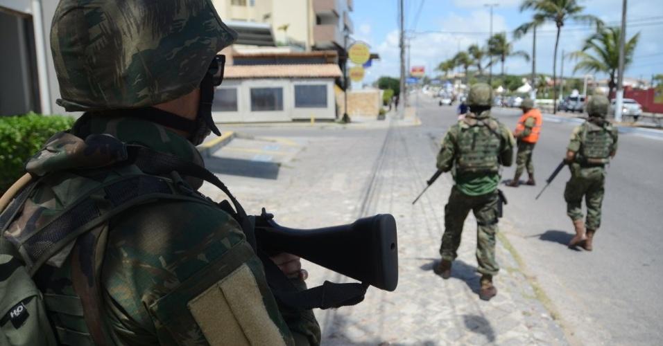 2.jan.2018 - Soldados do Exército fazem patrulhamento no bairro de Ponta Negra, em Natal. Forças de segurança do Rio Grande do Norte fazem operação-padrão devido a atrasos em pagamentos