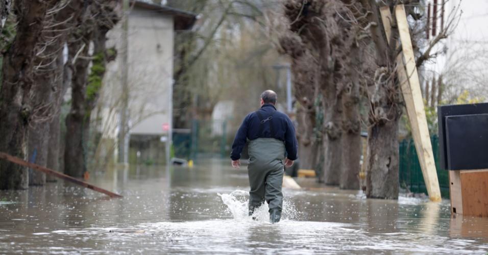 23.jan.2018 - Homem caminha por rua alagada em Crosne, na França, após enchente