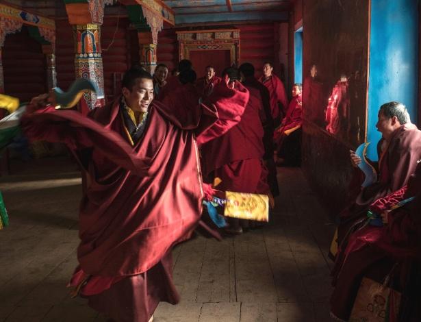 Monges de Dzongsar se preparam para dança durante cerimônia do Ano Novo Tibetano