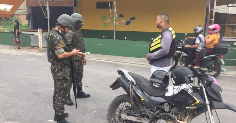 02.mar.2018 - Soldados checam documentos de moradores no Jardim Catarina, em São Gonçalo (RJ). É a primeira operação sob comando do novo secretário de Segurança, general Richard Fernandez Nunes