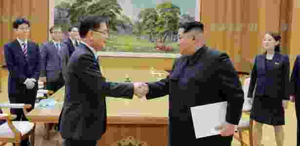 O líder norte-coreano Kim Jong-un (dir.) cumprimenta o chefe da delegação sul-coreana, Chung eui-Yong, durante encontro em Pyongyang - KCNA via Reuters