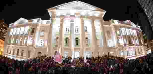15.mar.2018 - Por volta de 20h, manifestantes de Curitiba organizaram uma vigília no Centro da cidade. Nas escadarias da UFPR (Universidade Federal do Paraná), foram colocadas velas e flores - Reinaldo Reginato/Estadão Conteúdo - Reinaldo Reginato/Estadão Conteúdo