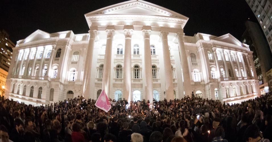 15.mar.2018 - Por volta de 20h, manifestantes de Curitiba organizaram uma vigília no Centro da cidade. Nas escadarias da UFPR (Universidade Federal do Paraná), foram colocadas velas e flores