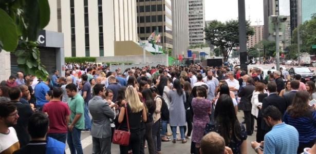 Funcionários de prédios evacuados na avenida Paulista estão aguardando na calçada