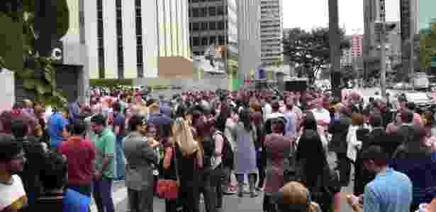 02.abr.2018 - Funcionários de prédios evacuados na avenida Paulista estão aguardando na calçada - Leonardo Martins/UOL - Leonardo Martins/UOL