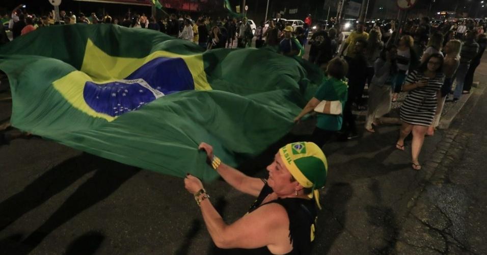 7.abr.2018 - Manifestantes empunham bandeira do Brasil em frente à Superintendência da Polícia Federal em Curitiba