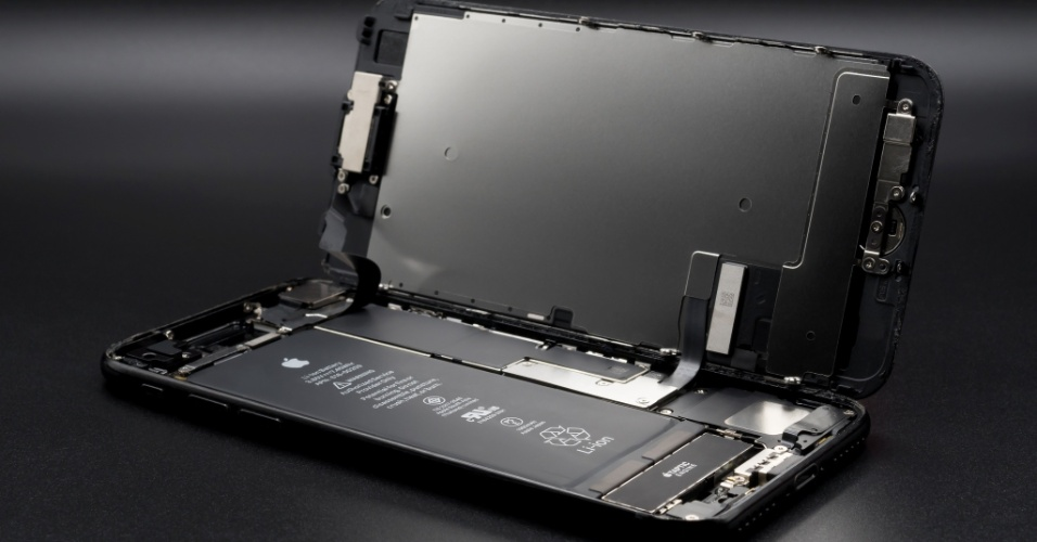 Interior do iPhone 7, com bateria e outros componentes exibidos