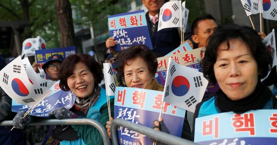 27.abril.2018 - Sul-coreanos veem o comboio de Moon Jae-in passar rumo à Cúpula com a Coreia do Norte