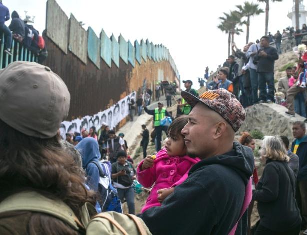 Imigrantes da América Central chegam à fronteira do México com os EUA, em Tijuana