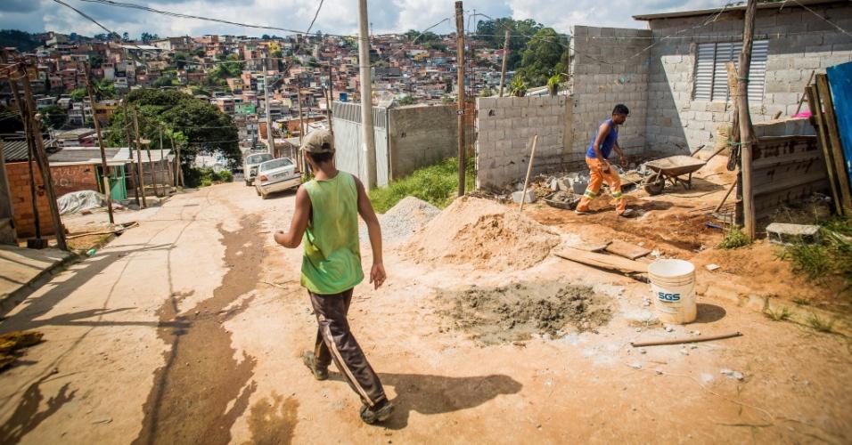 14.abr.2018 - Casas construídas em ocupações como a do Pinheirinho 2, no Iguatemi, extremo leste, estão em constante ampliação