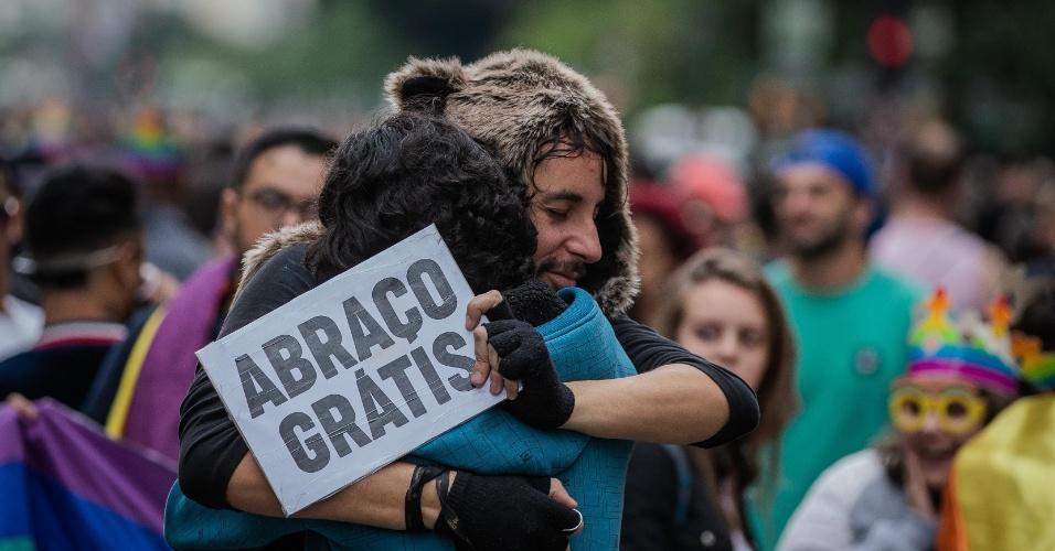 """3.jun.2018 - Público na Parada distribuem """"abraços grátis"""" contra a homofobia. A 22ª Parada do Orgulho LGBT acontece neste domingo (3) em São Paulo"""
