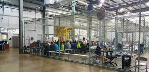 Autoridades publicaram esta imagem com imigrantes em uma espécie de jaula; jornalistas disseram ter visto crianças em condições semelhantes - Alfândega e proteção de fronteiras dos EUA