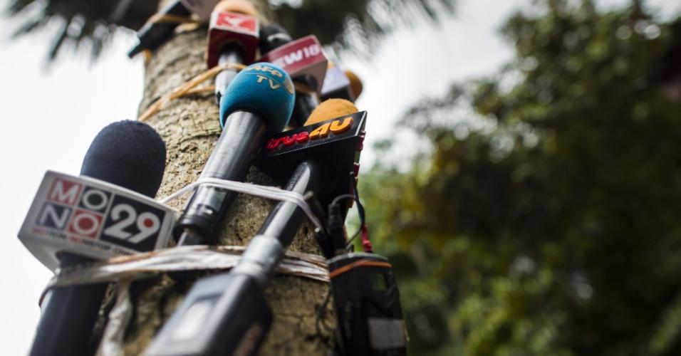 7.jul.2018 - Microfones são pendurados em árvore para gravar coletivas de imprensa com autoridades no centro de operações enquanto os trabalhos continuam na tentativa de resgatar o grupo