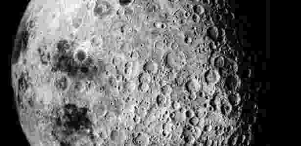 Água líquida e perene foi encontrada 1,5 km abaixo de uma camada de gelo próxima ao polo sul de Marte - Nasa