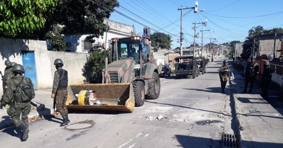 29.ago.2018 - Militares usam trator para remover barricadas do Complexo do Salgueiro, em São Gonçalo
