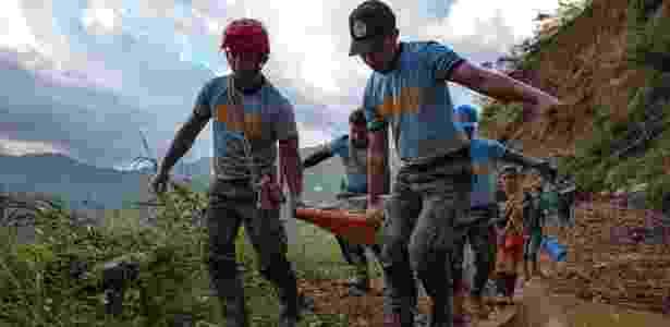 Polícia carrega corpo encontrado após deslizamento de terra em Itogon, no norte das Filipinas - Jes Aznar/The New York Times