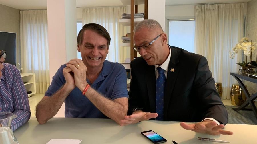 30.out.2018 - Foto da Embaixada de Israel no Brasil mostra o embaixador Yossi Shelley em encontro com Jair Bolsonaro - Reprodução/Facebook/Israel no Brasil