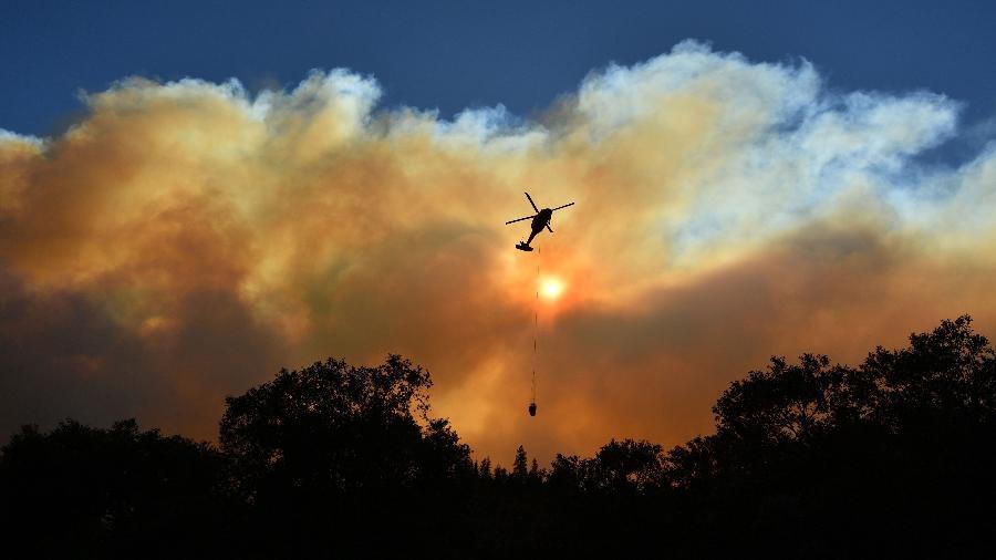 11.nov.2018 - Helicóptero despeja água em incêndio em Paradise, Califórnia - JOSH EDELSON/AFP