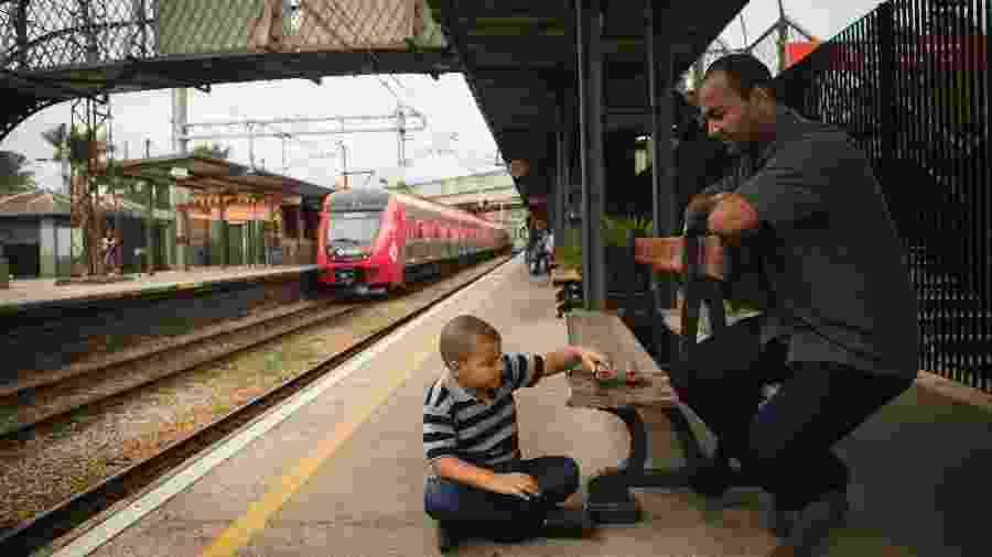 Em três semanas, Reginaldo de Jesus Silva, 38 anos, motorista e o filho Renan Gonçalves da Silva, 6 anos, visitaram todas as 94 estações da CPTM, que somam mais de 273 quilômetros de trilhos em 23 municípios - Valéria Gonçalvez/Estadão Conteúdo